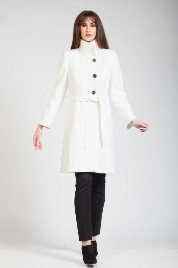 άσπρο παλτό με όρθιο γιακά.